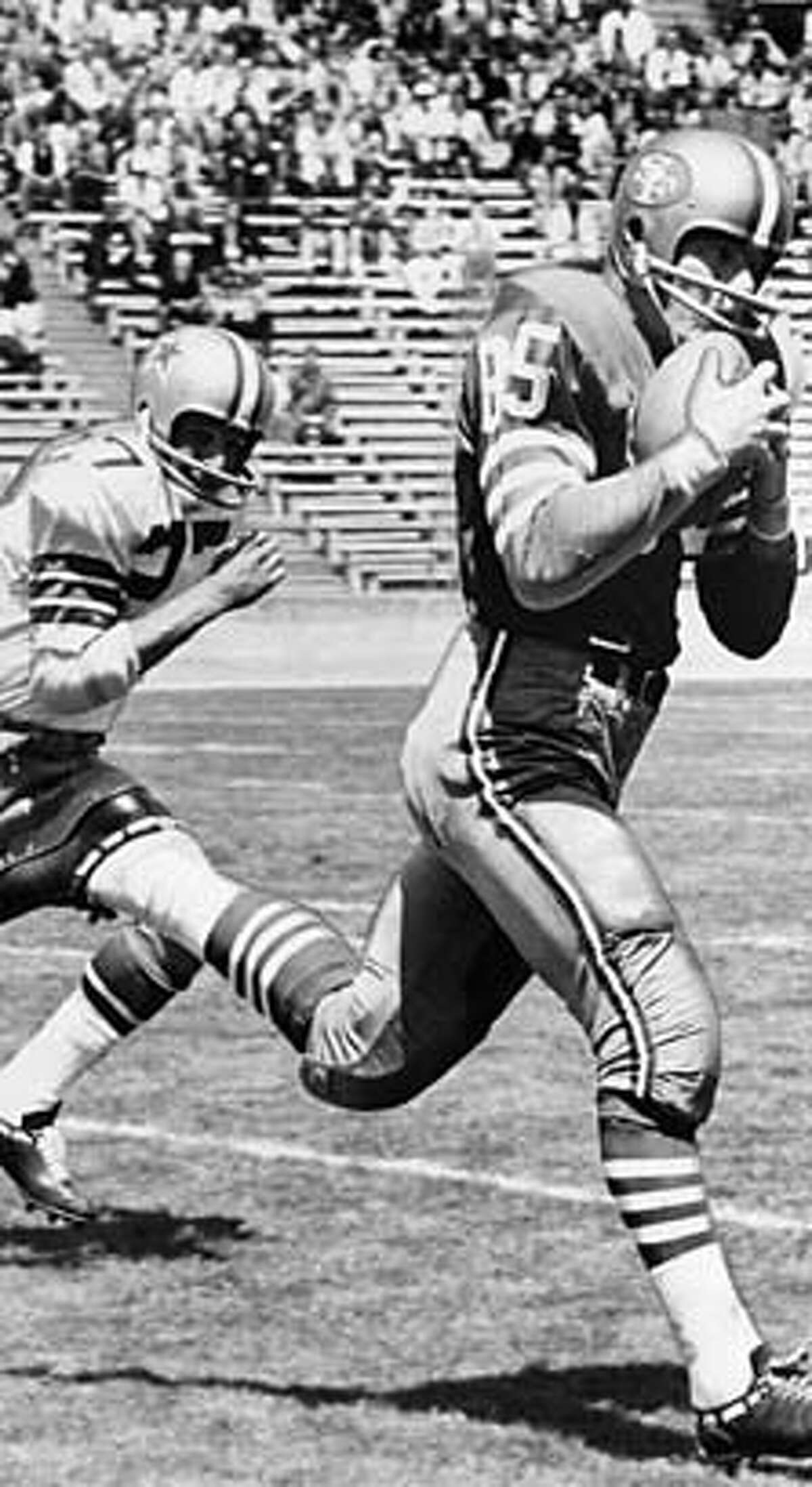 Action photo: Monte Stickles, 49ers tight end, makes a catch against Dallas at Kezar Stadium in 1966. MANDATORY CREDIT FOR PHOTOG AND SF CHRONICLE/ -MAGS OUT
