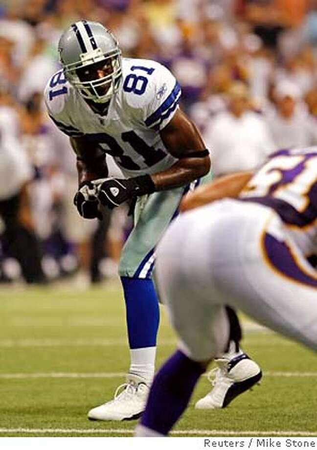 Dallas Cowboys wide receiver Terrell Owens lines up for a play from scrimmage late in first half action of their NFL preseason game against the Minnesota Vikings in Dallas, Texas, August 31, 2006. REUTERS/Mike Stone (UNITED STATES) Photo: MIKE STONE