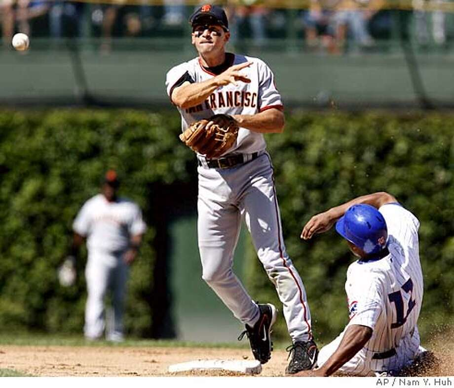 San Francisco Giants shortstop Omar Vizquel, left, throws to first base after forcing out Chicago Cubs' Jacque Jones at second on a ball hit by Angel Pagan during the fifth inning of a baseball game at Wrigley Field, Saturday, Sept. 2, 2006, in Chicago. (AP Photo/Nam Y. Huh) EFE OUT Photo: NAM Y HUH