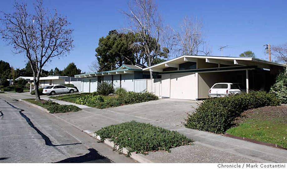 EICHLER_0152  {2/7/06}  Other eichlers in the neighborhood.  This is a Real Estate cover story on the legacy of Eichler houses, those flat-top, glass-backed mid-century modern designs that took the area by storm in the 50s and 60s and are still wildly popular today.  Francois Cornillon and his wife, Laure, have painstakingly restored their Sunnyvale Eichler to look as if it was built yesterday rather than half a century ago. They will meet us and give us a tour. They have agreed to be photographed.  Also, they live in a neighborhood where all the houses are Eichlers. Event on {2/7/06} in {WALNUT CREEK}, CA. Photo: Mark Costantini /San Francisco Chronicle. Photo: MARK COSTANTINI