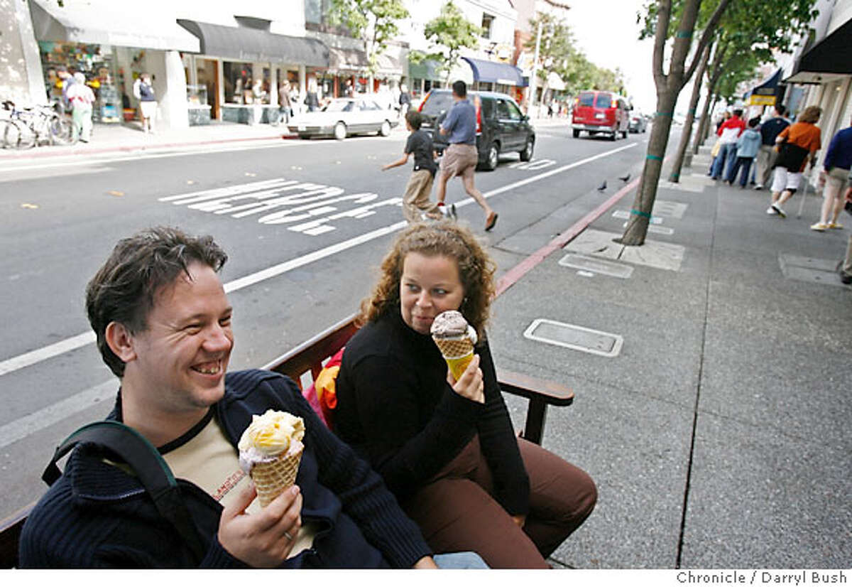 steetdate24_0193_db.jpg Nico Delmeire and Michelle Schummelketel on vacation from Holland, eat ice cream at Lappert's Ice Cream on Bridgeway in Sausalito, CA on Tuesday, August 15, 2006. 8/15/06 Darryl Bush / The Chronicle ** Nico Delmeire, Michelle Schummelketel (cq)