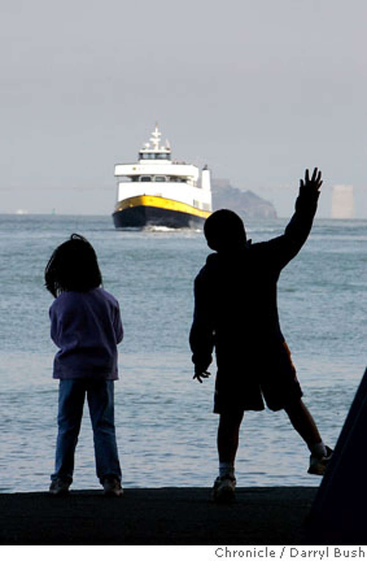 steetdate24_0278_db.jpg Kids play with a ferry approaching the dock in Sausalito, CA on Tuesday, August 15, 2006. 8/15/06 Darryl Bush / The Chronicle ** roster (cq)
