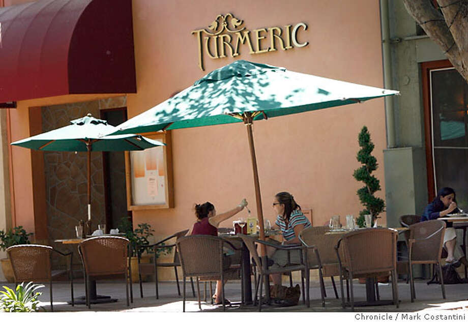 STREETDATE17 8/11/06  DINERS EAT LUNCH OUTSID NEAR TUMERIC ON MURPHY AVE. PHOTOS ALONG MURPHY AVE. IN SUNNYVALE FOR 96HS STREETDATE FEATURE. EVENT IN SUNNYVALE, CA PHOTO: MARK COSTANTINI / SAN FRANCISCO CHRONICLE Photo: MARK COSTANTINI