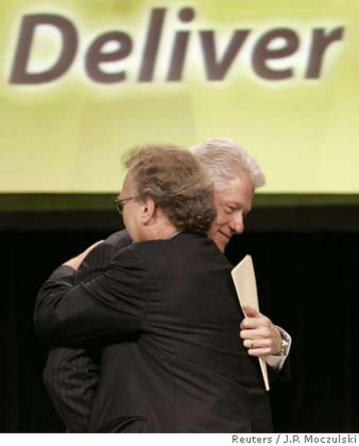 Former U.S. President Bill Clinton (R) hugs UN Special Envoy for AIDS/HIV in Africa Stephen Lewis (L) at the start of a panel discussion at the Sixteenth International AIDS conference in Toronto August 15, 2006. REUTERS/J.P. Moczulski (CANADA) 0 Photo: J.P. MOCZULSKI