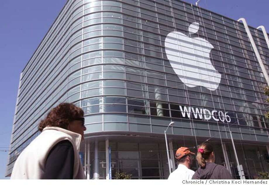 San Francisco readies for Apple's Worldwide Developers Conference at Moscone Center West.(CHRISTINA KOCI HERNANDEZ/THE CHRONICLE) Mandatory Credit For Photographer and San Francisco Chronicle/No-Sales-Mags Out Photo: Christina Koci Hernandez