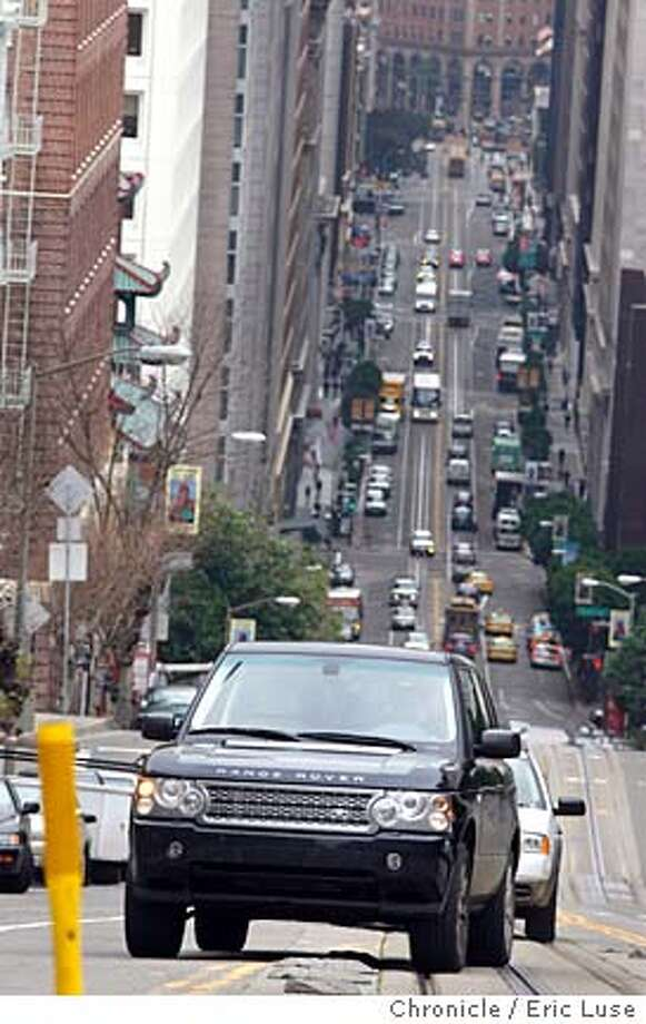 motor_landrover_062_el.JPG 2006 Range Rover for the new Motor section coming up California Street Photographer:  Eric Luse / The Chronicle  Ran on: 08-06-2006  The 2006 Range Rover, all 5,800 pounds of it, glides up hills, cakewalks through deep snow while carrying passengers in luxury.  Ran on: 08-06-2006 Ran on: 08-06-2006 Ran on: 08-06-2006 Photo: Eric Luse