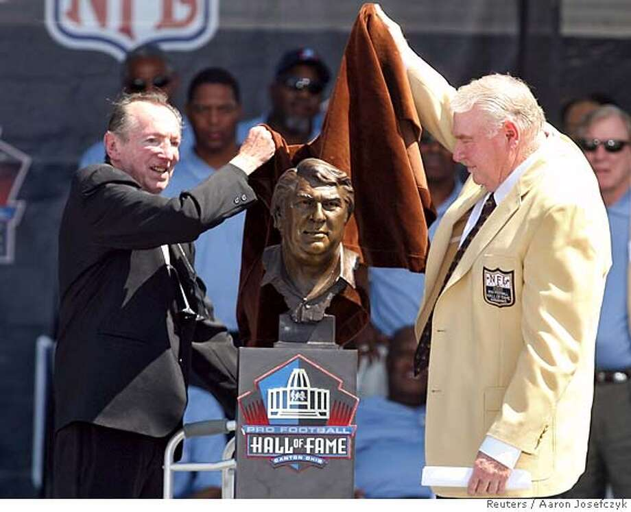 Oakland Raiders team owner Al Davis (L) and former Raiders head coach John Madden unveil the bust of Madden upon his induction into the Pro Football Hall of Fame in Canton, Ohio August 5, 2006. Davis the was the presenter for Madden. REUTERS/Aaron Josefczyk (UNITED STATES) Photo: AARON JOSEFCZYK