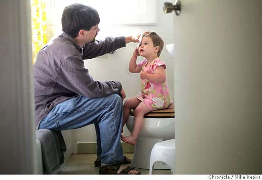 "tayAtHomedad_wayne185_mk.JPG In their Oakland, CA home, Wayne Wilson takes care of his daughter's ""bump on the head."" Mike Kepka / THe Chronicle MANDATORY CREDIT FOR PHOTOG AND SF CHRONICLE/ -MAGS OUT Photo: Mike Kepka"