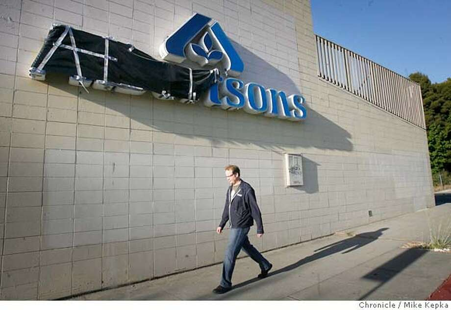 albertson262_mk.JPG  Eric Haven of Oakland walks past the abandoned Albertson's store off Lakeshore Avenue in Oakland. Alberton's has close 37 of it's California stores and now new business are occupying there former shells. Wednedsay July 5, 2006. Mike Kepka / THe Chronicle Eric Haven (cq) from the source MANDATORY CREDIT FOR PHOTOG AND SF CHRONICLE/ -MAGS OUT Photo: Mike Kepka