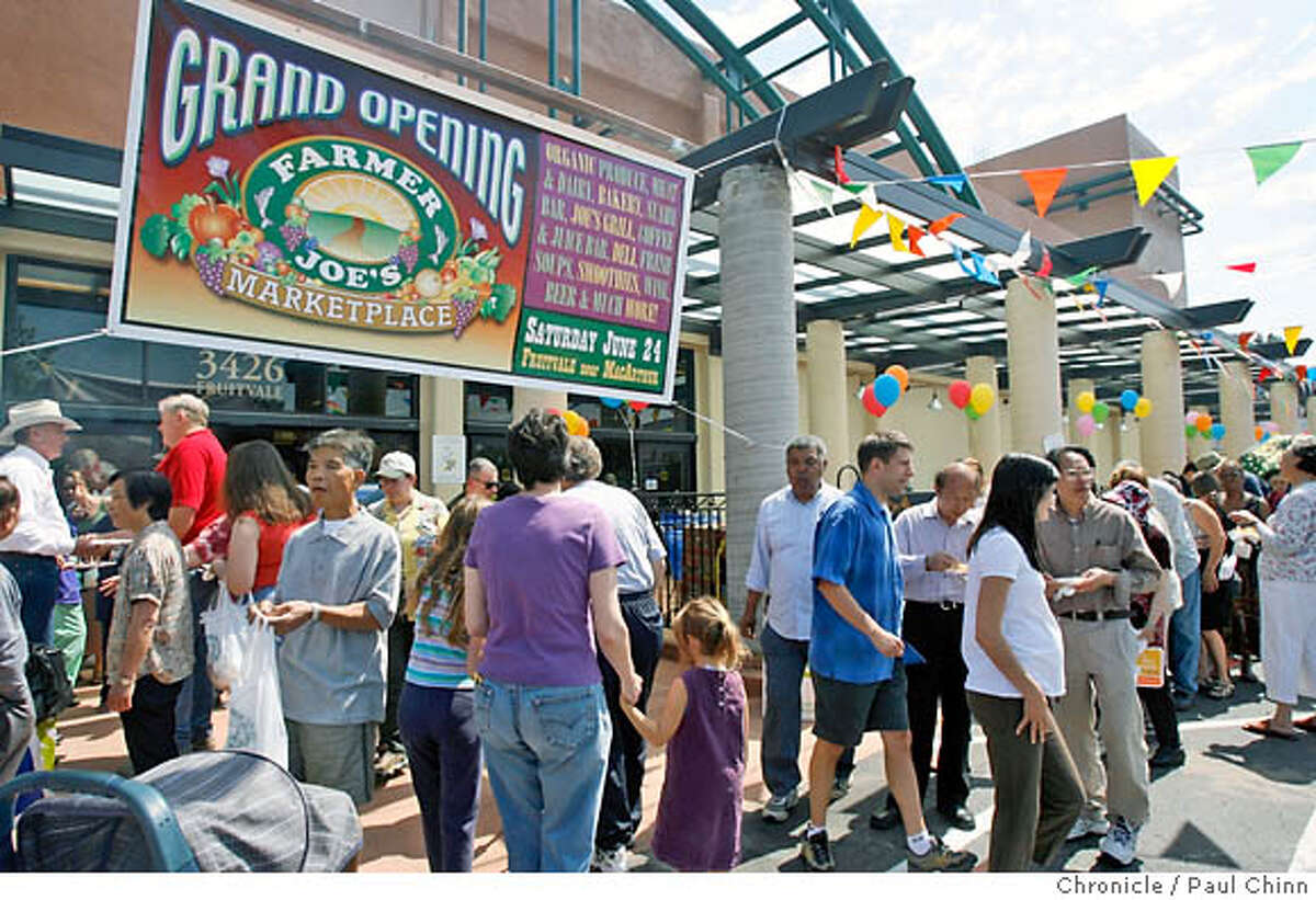 Shoppers crowd the entrance to Farmer Joe's market for a grand opening party for the new full scale grocery store in the Dimond District of Oakland, Calif. on Saturday, June 24, 2006. The family-owned market's original location is at MacArthur Boulevard and 35th Avenue in the Laurel District about a mile away. PAUL CHINN/The Chronicle MANDATORY CREDIT FOR PHOTOGRAPHER AND S.F. CHRONICLE/ - MAGS OUT