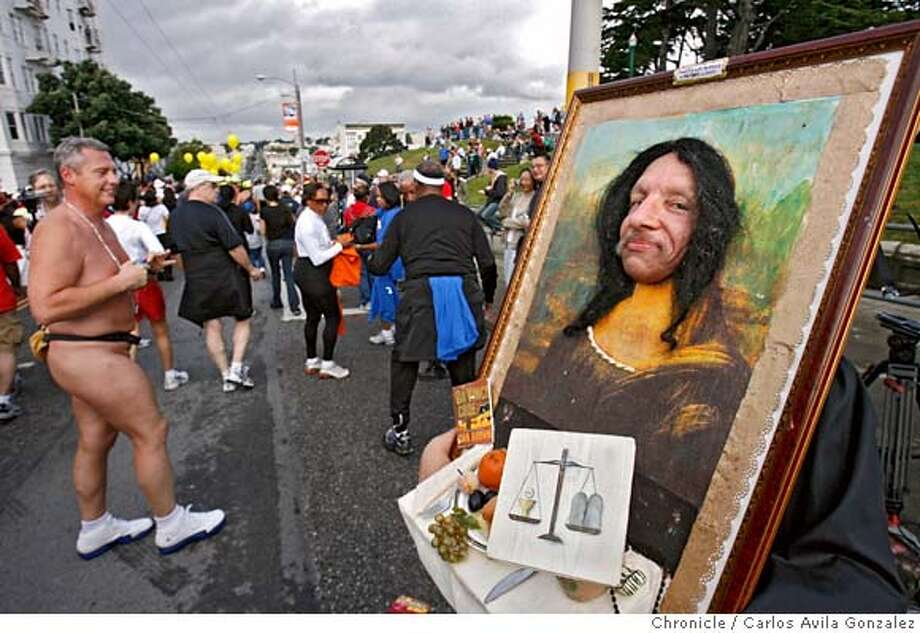 BREAKERS22_011_CAG.JPG  Miguel Gutierrez, dressed as the Mona Lisa, stops near the top of the Hayes Street hill. The 95th annual running of the Bay to Breakers on Sunday, May 21, 2006. The event was sponsored by ING. Photo by Carlos Avila Gonzalez / The San Francisco Chronicle  Photo taken on 5/21/06 in San Francisco, CA, USA. MANDATORY CREDIT FOR PHOTOG AND SAN FRANCISCO CHRONICLE/ -MAGS OUT Photo: Carlos Avila Gonzalez
