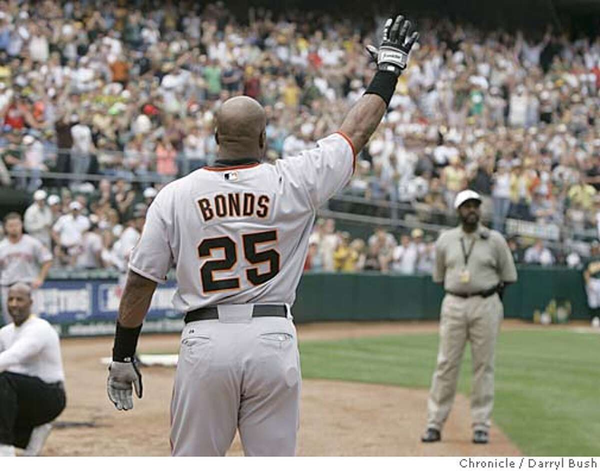San Francisco Giants Barry Bonds takes a curtain call from the dugout after hitting his 714th career home run, tying Babe Ruth's record in the 2nd inning of the San Francisco Giants vs. Oakland Athletics game, at McAfee Coliseum in Oakland, CA on Saturday, May, 20, 2006. shot: 5/20/06 Darryl Bush / The Chronicle ** Barry Bonds (roster)