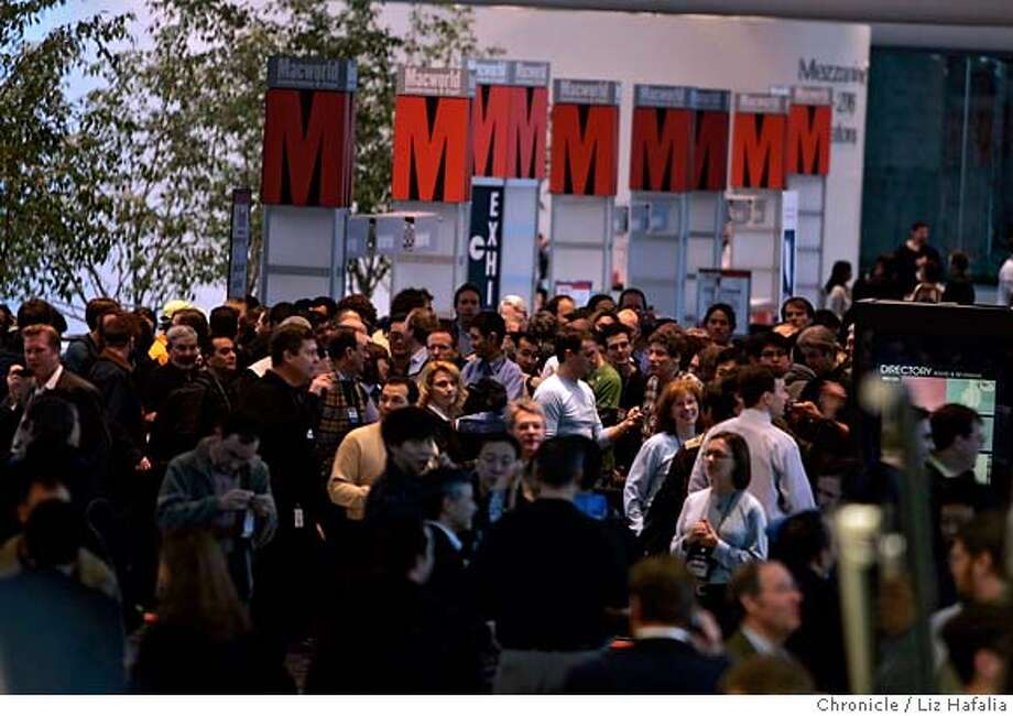 MACWORLD11_002_LH.JPG People waiting to get in to Apple Computer CEO Steve Jobs' keynote speech at the Macworld Expo in San Francisco's Moscone Center. Photographed by Liz Hafalia on 1/10/06 in San Francisco, California. SFC Ran on: 01-14-2006  People wait to get in to Apple Computer CEO Steve Jobs' keynote speech at Macworld Expo in San Francisco this week. Creditted to the San Francisco Chronicle/ LIZ HAFALIA Photo: Liz Hafalia