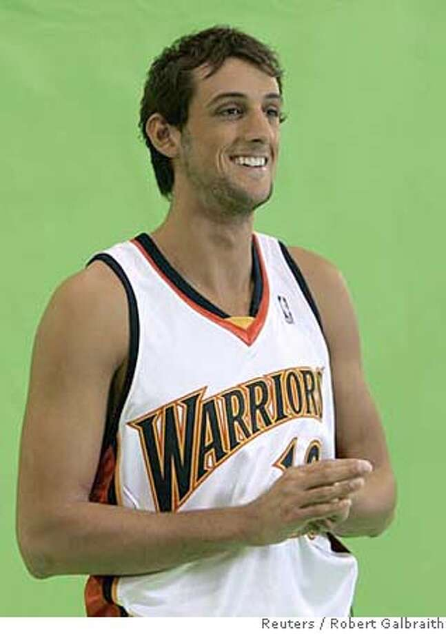 Golden State Warriors guard Marco Belinelli of Italy records a television promotion during the NBA Warriors media day in Oakland, California October 1, 2007. REUTERS/Robert Galbraith (UNITED STATES) Photo: ROBERT GALBRAITH