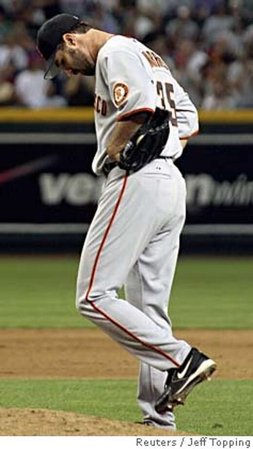 San Francisco Giants starting pitcher Matt Morris reacts after giving up a two run single by Arizona Diamondbacks' Tony Clark during the sixth inning of their MLB game in Phoenix, Arizona April 18, 2006. REUTERS/Jeff Topping 0 Photo: JEFF TOPPING