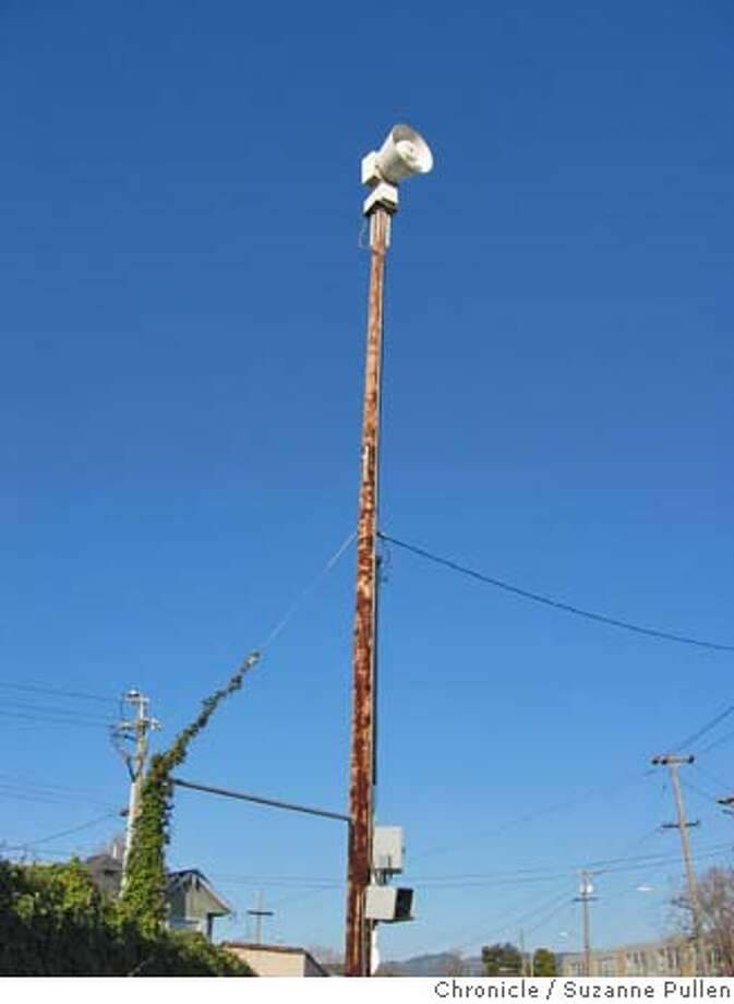 cwoaklandsiren01.JPG  ChronicleWAtch: Damaged emergency siren at Peralta and 32 in West Oakland. Oakland. Suzanne Pullen / The Chronicle Ran on: 01-29-2006 Ran on: 01-29-2006 Ran on: 01-29-2006 Photo: Suzanne Pullen