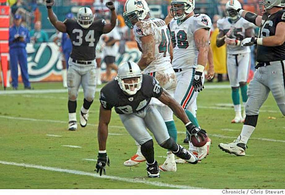 Event on 9/30/07 in Miami The Oakland Raiders� wide receiver Jerry Porter (84) puts the Raiders on the scoreboard to put them up 7-0 against the Miami Dolphins in first quarter at Dolphin Stadium in Miami, Florida. Photographed September 30, 2007.Chris Stewart / The Chronicle Oakland Raiders, Miami Dolphins Photo: Chris Stewart
