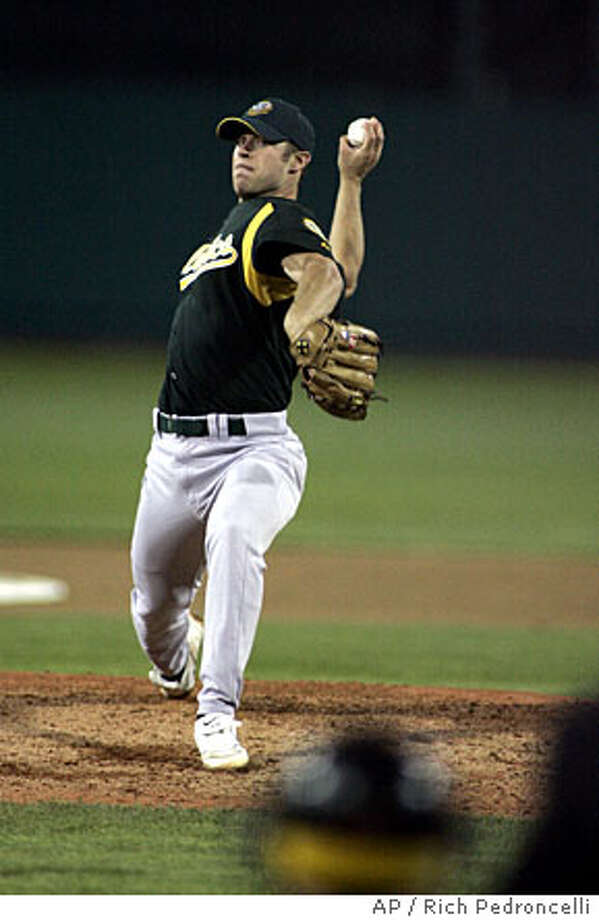 Oakland Athletics pitcher Rich Harden delivers against the Sacramento Rivercats in the top of the third inning of a preseason baseball game in West Sacramento, Calif., Thursday, March 30, 2006. (AP Photo/Rich Pedroncelli) EFE OUT Photo: RICH PEDRONCELLI