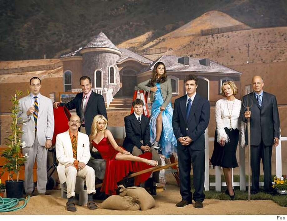 GOODMAN03 ARRESTED DEVELOPMENT: Pictured L-R: Tony Hale, David Cross, Will Arnett, Portia de Rossi, Michael Cera, Alia Shawkat, Jason Bateman, Jessica Walter, Jeffrey Tambor. ��2004 FOX BROADCASTING COMPANY. Cr: FOX. Photo: Handout