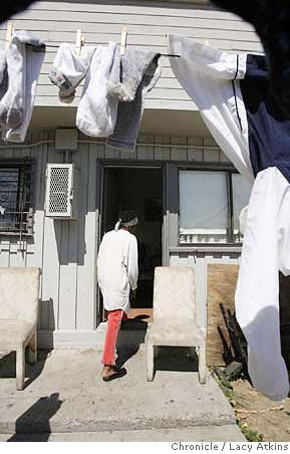 Virgina Woods hangs her clothing outside her apartment, the Hunters View housing project, Tuesday Sept. 11, 2007, in San Francisco, Ca. She says she lives with rats and roaches inside her apartment. (Lacy Atkins San Francisco Chronicle) MANDATORY CREDITFOR PHOTGRAPHER AND SAN FRANCISCO CHRONICLE/NO SALES-MAGS OUT Photo: Lacy Atkins
