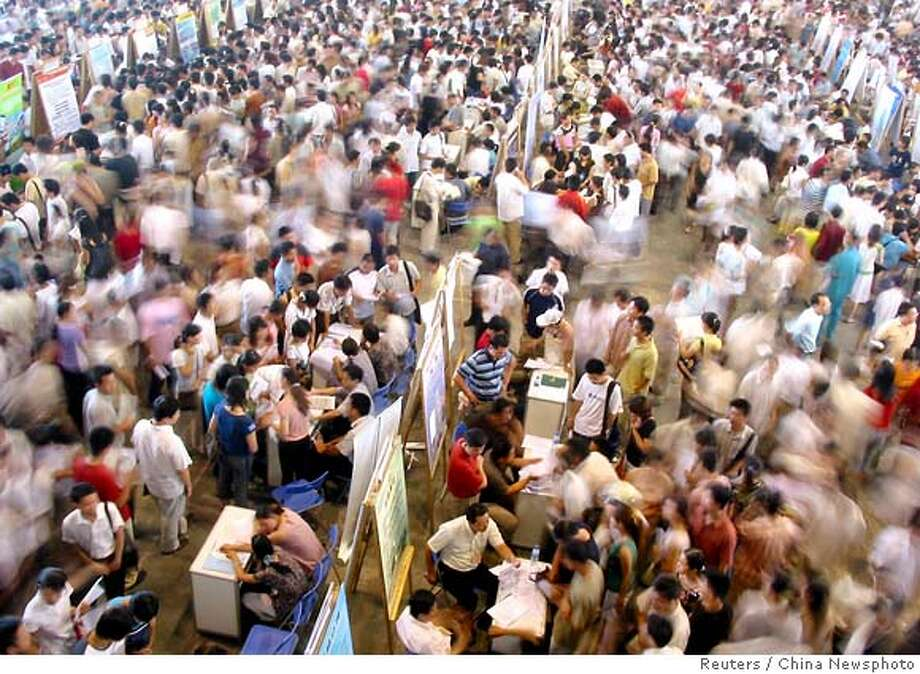 About 10,000 Chinese college students look a job at job fair in Changzhou Photo: CHINA NEWSPHOTO