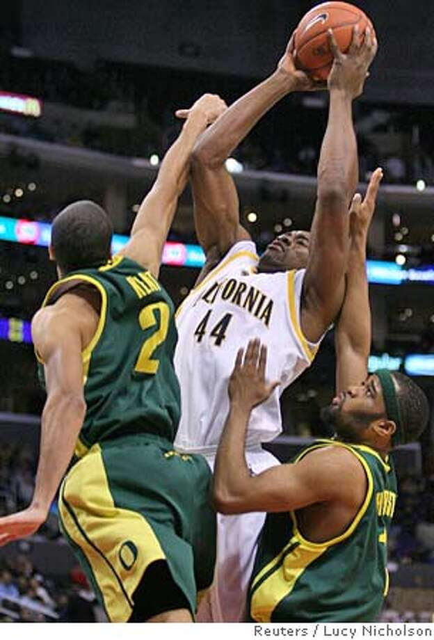 California's Leon Powe is fouled by Oregon's Jordan Kent (L) and Malik Hairston (R) during the 2006 PAC-10 men's basketball tournament in Los Angeles March 10, 2006. REUTERS/Lucy Nicholson Photo: LUCY NICHOLSON
