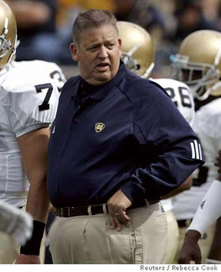 Notre Dame head coach Charlie Weis (C) stands on the field with his team before the start of their NCAA football game against University of Michigan in Ann Arbor, Michigan, September 15, 2007. REUTERS/Rebecca Cook (UNITED STATES) 0 Photo: REBECCA COOK