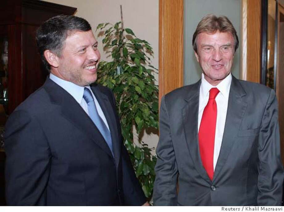 Jordan's King Abdullah II (L) greets French Foreign Minister Bernard Kouchner as Kouchner arrives for a meeting in Amman September 12, 2007. The Jordanian King affirmed during his meeting with Kouchner on Wednesday the important role that France and the European Union play to achieve peace in the Middle East, according to a statement by the Royal Jordanian Palace. REUTERS/Khalil Mazraawi/Pool (JORDAN) 0 Photo: POOL