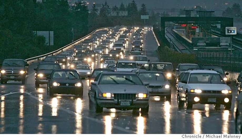 COMMUTETIME_065_MJM.jpg  Evening commute, eastbound Highway 24 near the Rockridge BART station.  The average commute time in the bay area has gone up by 10 minutes while the median has gone down by 9 minutes.  Photo by Michael Maloney / San Francisco Chronicle on 2/27/06 in Oakland,CA Photo: Michael Maloney