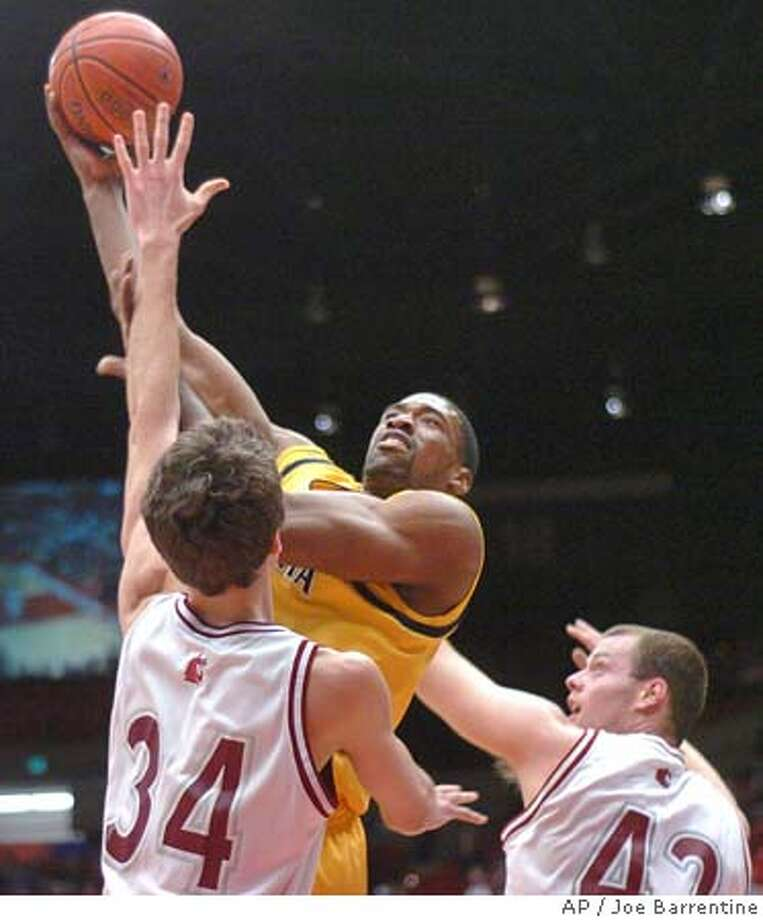 California's Leon Powe, center, moves between Washington State defenders Robbie Cowgill, left, and Chris Henry during the first half of a college basketball game Thursday, Feb. 23, 2006, in Pullman, Wash. (AP Photo/Joe Barrentine) Photo: JOE BARRENTINE