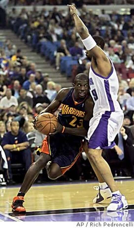 Golden State Warriors guard Jason Richardson, left, leans into Sacramento Kings forward Kenny Thomas as he drives the baseline during the first quarter of NBA basketball action in Sacramento,Calif., Tuesday, Feb. 21, 2006.(AP Photo/Rich Pedroncelli) EFE OUT Photo: RICH PEDRONCELLI