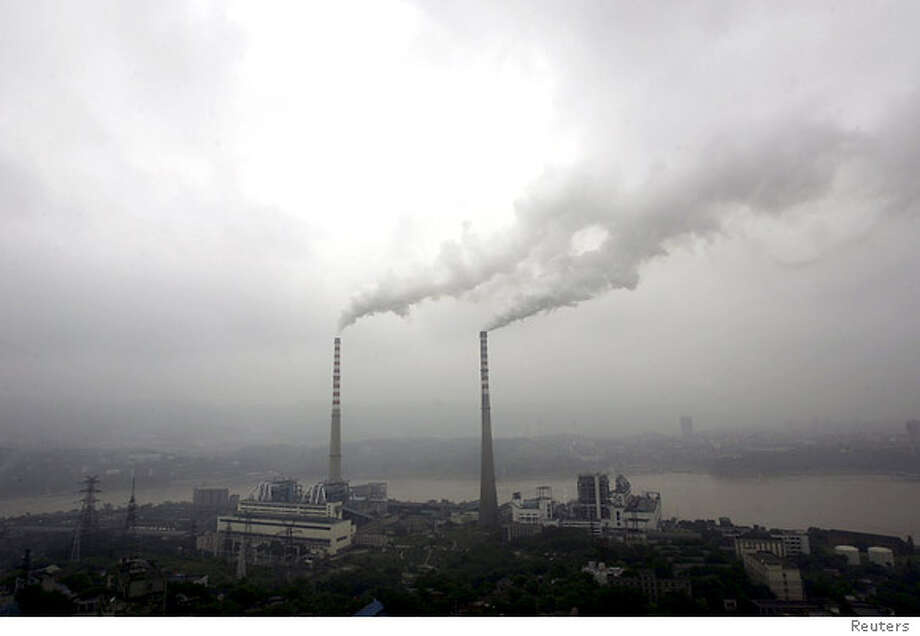 Smoke billows from chimneys at a power plant in southwest China's Chongqing municipality September 7, 2007. China plans to invest 2 trillion yuan ($265 billion) in renewable energy by 2020, most of it corporate cash, to wean itself off polluting coal as it aims for cleaner growth, a top energy planner said on Tuesday. REUTERS/Stringer (CHINA) CHINA OUT 0 Photo: STRINGER SHANGHAI