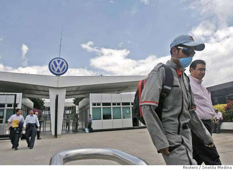 Workers leave the Volkswagen plant in Puebla, central Mexico, September 11, 2007, after the plant had to stop production when their natural gas supply was interrupted by Monday's sabotage attacks against natural gas pipelines. Monday's explosions in southeastern Mexico was attributed to a leftist rebel group which carried out similar attacks in July. REUTERS/Imelda Medina (MEXICO) 0 Photo: IMELDA MEDINA
