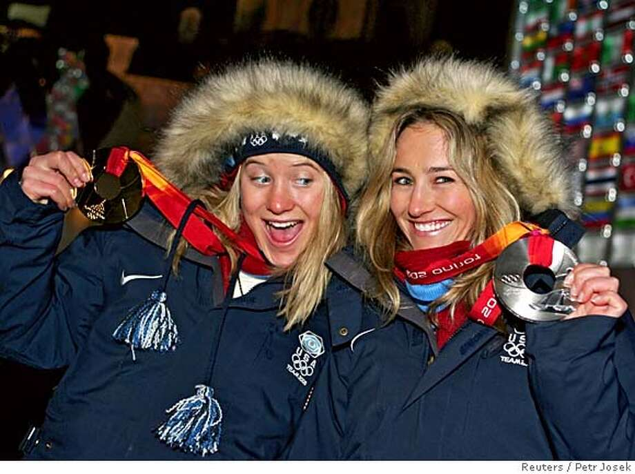 Gold medallist Hannah Teter (L) of the U.S. celebrates with compatriot and silver medallist Gretchen Bleiler after receiving their medals for the halfpipe snowboard event at the Torino 2006 Winter Olympic Games in Turin, Italy, February 13, 2006. REUTERS/Petr Josek 0 Photo: PETR JOSEK