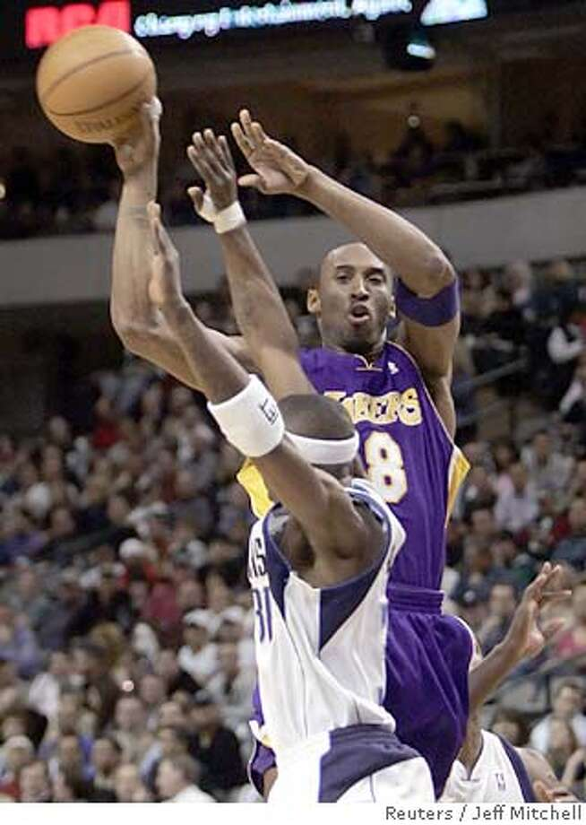 Los Angeles Lakers forward Kobe Bryant (R) makes a pass over Dallas Mavericks guard Jason Terry during the first half of their NBA game in Dallas, Texas February 7, 2006. REUTERS/Jeff Mitchell 0 Photo: JEFF MITCHELL