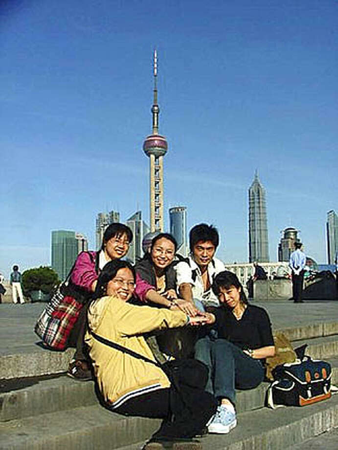 Mary Nicole Nazzaro's journalism students on the Bund in Shanghai. Photo: Picasa 2.0