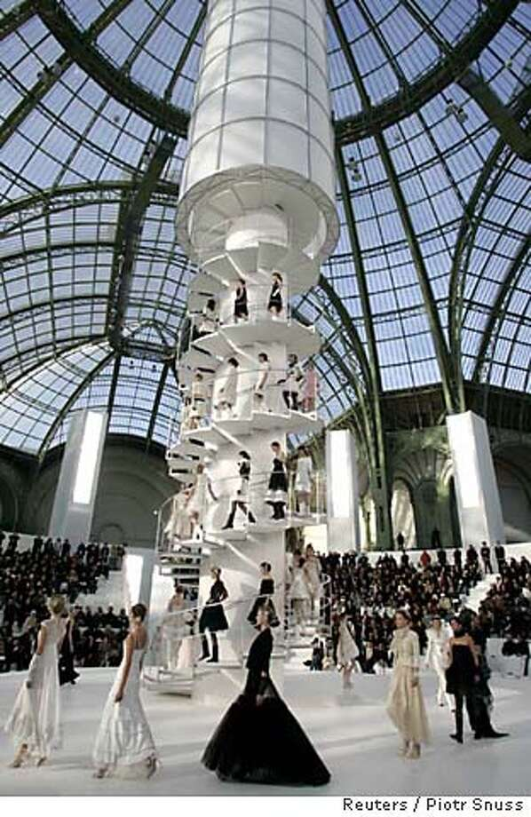 Models present creations by German designer Lagerfeld for French fashion house Chanel  at their Haute Couture spring-summer 2006 collection presentation in Paris Photo: PIOTR SNUSS