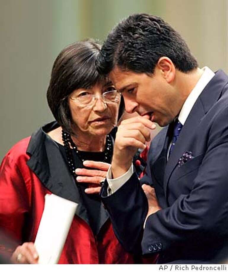 Assemblywoman Patti Berg, D-Eureka, left, confers with Assembly Speaker Fabian Nunez, D-Los Angeles, during a day long Assembly session held at the Capitol, in Sacramento, Calif., Wednesday, June 1, 2005. Short of votes and facing a looming deadline, the authors of a bill to allow doctor-assisted suicide suspended their efforts in the Assembly on Wednesday and shifted their focus to the state Senate. (AP Photo/Rich Pedroncelli) Ran on: 06-02-2005  Assemblywoman Patty Berg confers with Speaker Fabian N��ez as she works to salvage her legislation on assisted suicide. Ran on: 06-02-2005  Assemblywoman Patty Berg confers with Speaker Fabian N��ez as she works to salvage her legislation on assisted suicide. Photo: RICH PEDRONCELLI