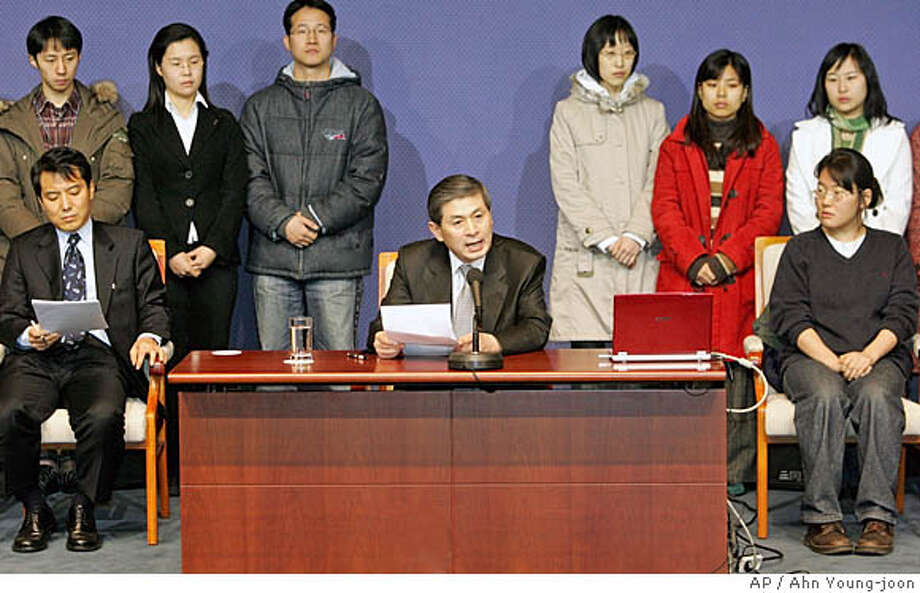 South Korean scientist Hwang Woo-suk, center, talks to reporters during the press conference with his researchers at National Press Center in Seoul, Thursday, Jan. 12, 2006. Disgraced scientist Hwang asked forgiveness Thursday from fellow South Koreans for his fraudulent publications on human stem cell research, but blamed the scandal on junior researchers who he said deceived him. (AP Photo/Ahn Young-joon) Photo: AHN YOUNG-JOON