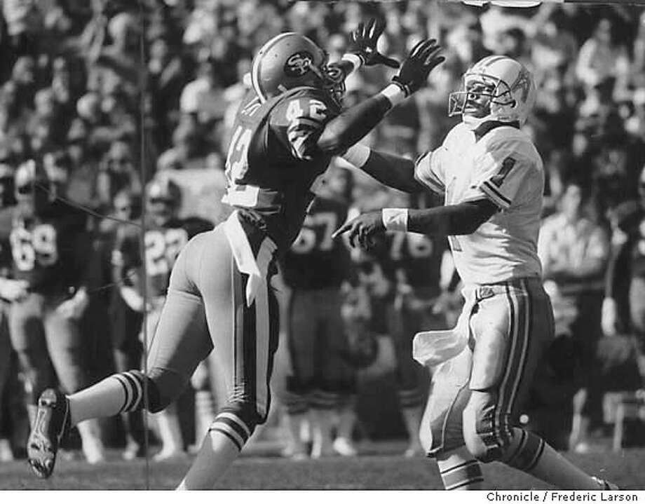 11/07/8/1987 - Ronnie Lott puts the rush on Houston Oilers quarterback, Warren Moon, as he blitzes from the outside. Photo: Frederic Larson