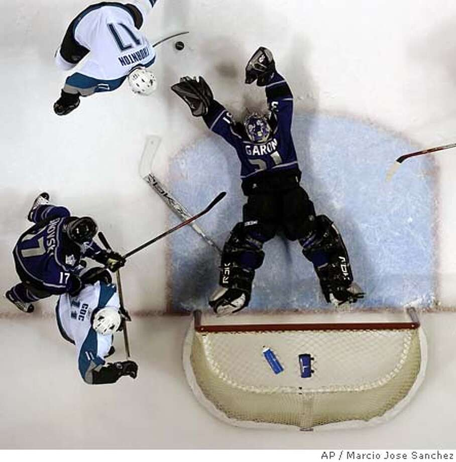 THORNTON GARON  ** CORRECTS TO SCOTT THORNTON NOT JOE THORNTON ** San Jose Sharks' Scott Thornton, top left, scores as Los Angeles Kings goaltender Mathieu Garon, center, lunges for the puck in the first period of their hockey game in San Jose, Calif., on Saturday, Jan 7, 2006. (AP Photo/Marcio Jose Sanchez) Photo: MARCIO JOSE SANCHEZ