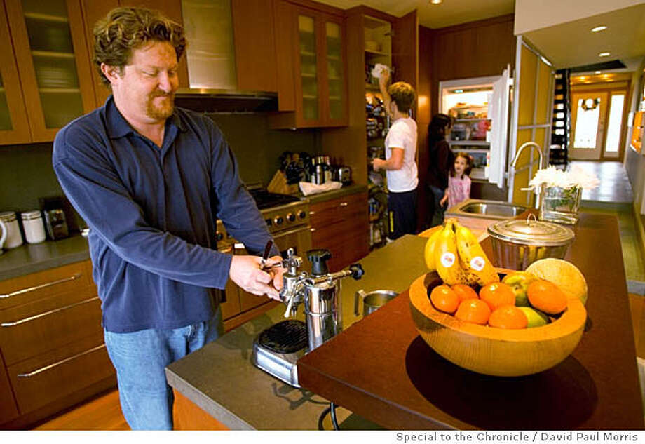 SAN FRANCISCO, CA- DECEMBER 29: Simon Lewis and Wendy Smith with Simon's son Oisin Lewis (16) and Simon and Wendy's daughter Saoirse Lewis (5) in their kitchen in their Portrero Hill home. Photo by David Paul Morris/The Chronicle Photo: David Paul Morris