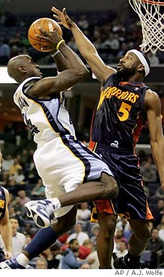 Memphis Grizzlies' Bobby Jackson goes for a shot as Golden State Warriors' Baron Davis defends during the first quarter of the NBA basketball game on Tuesday, Jan. 3, 2006 in Memphis, Tenn. (AP Photo/A.J. Wolfe) Photo: A.J. WOLFE