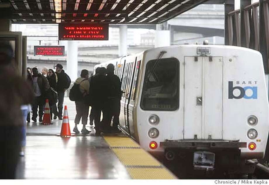 bartfire00061_mk.JPG BART riders take the San Francisco bound trains as their only alternative after a track fire near Oakland Coliseum station closed routes to Fremont and Dublin/Pleasanton. 2/22/07.  Mike Kepka / The Chronicle MANDATORY CREDIT FOR PHOTOG AND SF CHRONICLE/NO SALES-MAGS OUT Photo: Mike Kepka