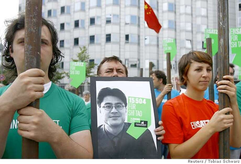 Members of 'Amnesty International' (AI) protest in front of China's embassy to Germany in Berlin August 24, 2007. On Friday AI handed over more than 15,000 signatures demanding the release of jailed Chinese journalist Shi Tao. Shi is serving a 10-year prison sentence for passing on information on how Chinese authorities instructed local media to cover the 15th anniversary of the military crackdown on a pro-democracy movement in Beijing's Tiananmen Square. REUTERS/Tobias Schwarz (GERMANY) 0 Photo: TOBIAS SCHWARZ