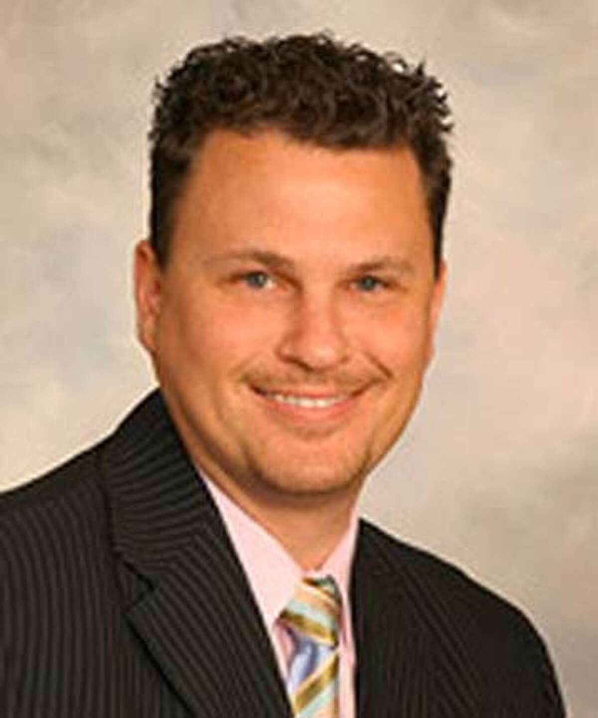 Pinole Councilman David Cole, in the the soup over an upscale cafe, says he's enlisting at age 38.