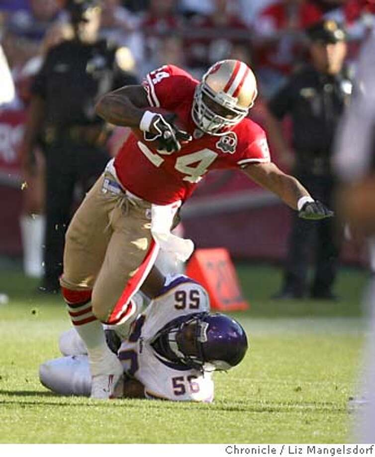 niners1086_lm.JPG  San Francisco 49ers running back Michael Robinson (24) is tackled by Minnesota Vikings linebacker E.J. Henderson (56) in the 4th quarter.  San Francisco 49ers play the Minnesota Vikings on November 5, 2006 at Monster Park in San Francisco.  Liz Mangelsdorf / The Chronicle MANDATORY CREDIT FOR PHOTOG AND SF CHRONICLE/NO SALES-MAGS OUT Photo: Liz Mangelsdorf