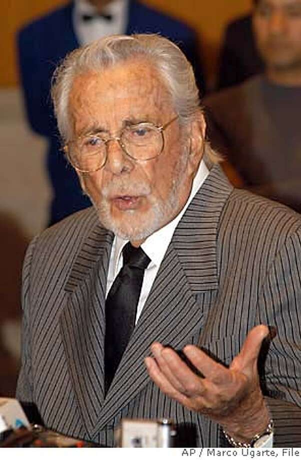 ** FILE ** Mexican actor and producer Ernesto Alonso speaks to the media in Mexico City, in this Aug. 27, 2002 file photo. Alonso died Tuesday, Aug. 7, 2007 in Mexico City at the age of 90. (AP Photo/Marco Ugarte) EFE OUT - AUG. 27, 2002 FILE PHOTO Photo: Marco Ugarte