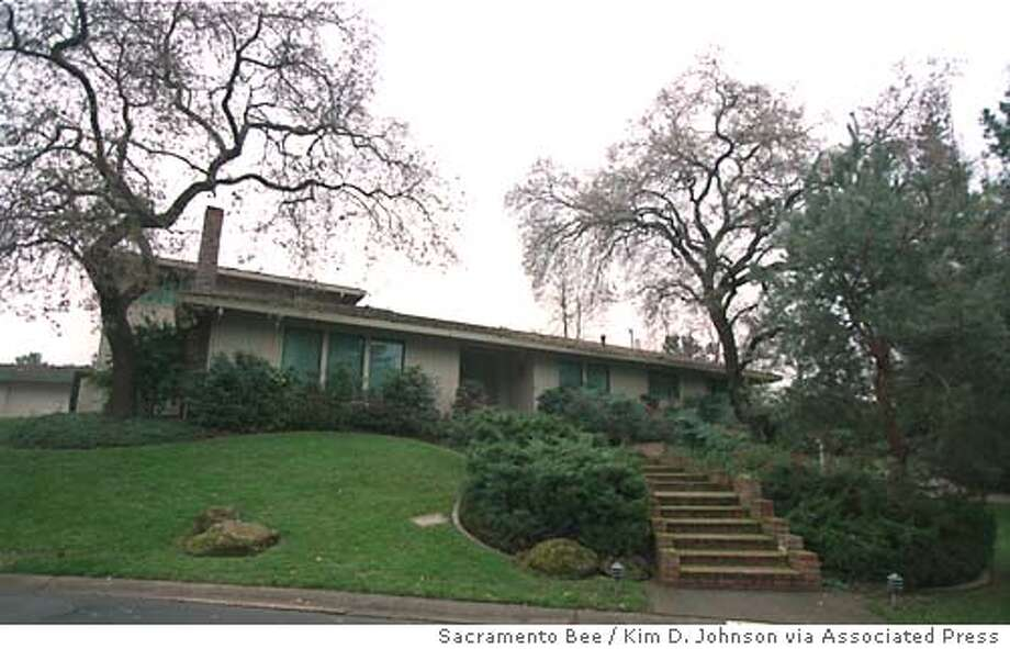 ** FILE ** The home in the Fair Oaks section of Sacramento, Calif., used as the California governor's mansion since 1990 is shown in this Dec. 31, 1998, file photo. (AP Photo/Sacramento Bee, Kim D. Johnson) Photo: KIM D. JOHNSON