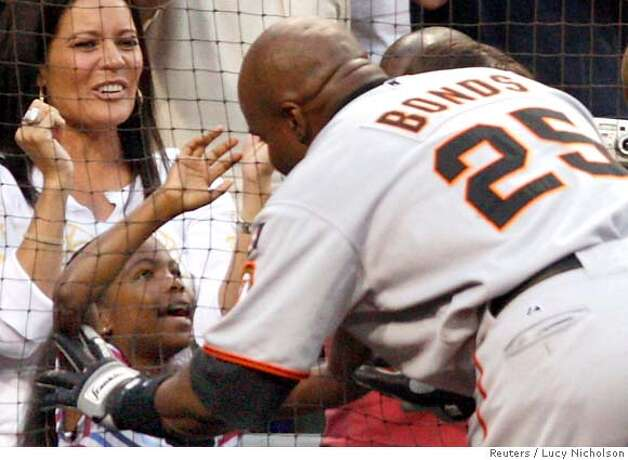 San Francisco Giants' Barry Bonds (R) hugs his daughter Aisha as he celebrates his 755th career home run during the second inning of their MLB National League baseball game against the San Diego Padres in San Diego, California August 4, 2007. REUTERS/Lucy Nicholson (UNITED STATES) Photo: LUCY NICHOLSON